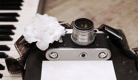Alte Kamera, Film, Klavier, weiße Blume Lizenzfreie Stockfotografie