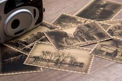 Alte Kamera mit Fotos Lizenzfreie Stockbilder