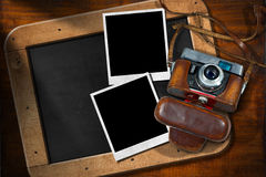 Alte Kamera mit leeren Fotos und Tafel Stockbilder