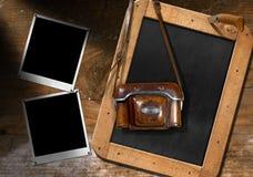 Alte Kamera mit Tafel und leeren Fotos Lizenzfreie Stockfotos