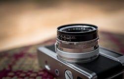 Alte Kamera Retro- auf Tabelle Lizenzfreie Stockfotos