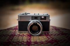 Alte Kamera Retro- auf Tabelle Lizenzfreie Stockbilder