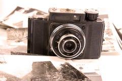 Alte Kamera und Abbildungen lizenzfreie stockbilder
