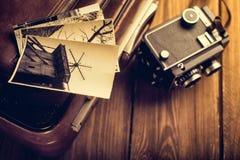 Alte Kamera und alte Fotos sind auf dem Fall Überarbeiten in Retro- s Lizenzfreie Stockfotografie