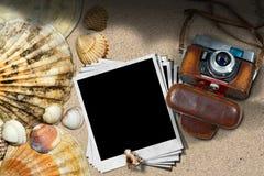 Alte Kamera-und Foto-Rahmen auf einem Strand Lizenzfreie Stockfotos