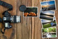 Alte Kamera und Stapel Fotos auf hölzernem Hintergrund des Weinleseschmutzes Lizenzfreie Stockfotos