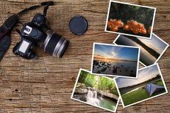 Alte Kamera und Stapel Fotos auf hölzernem Hintergrund des Weinleseschmutzes Lizenzfreies Stockbild
