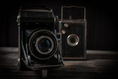 Alte Kameras, die auf alten rauen Brettern stehen Stockfoto