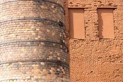 Alte Kaminnahaufnahme und -teil eine Backsteinmauer Lizenzfreie Stockfotos