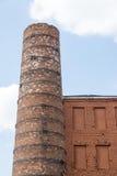 Alte Kaminnahaufnahme und Teil einer Backsteinmauer Lizenzfreies Stockbild