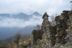 Alte Kampfruine im tibetanischen Tal Stockfotografie