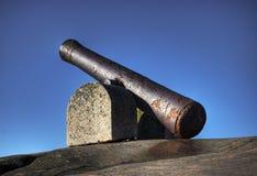 Alte Kanone auf einem Grundgestein. Stockbild
