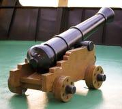 Alte Kanone auf einem hölzernen Wagen Stockbilder