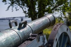 Alte Kanone auf grünem Gras Lizenzfreie Stockbilder