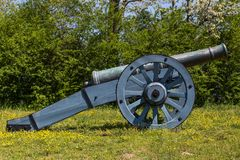 Alte Kanone auf grünem Gras Stockfoto