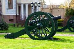 Alte Kanone mit Kernen Stockbild