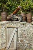 Alte Kanone und Fässer im historischen Hafen von Charlestown Lizenzfreie Stockbilder