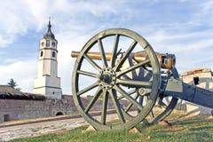 Alte Kanonen auf Festung und Kontrollturm Stockfotografie