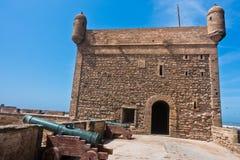 Alte Kanonen auf verstärkten Wänden in der alten portugiesischen Festung Sqala du Port in Essaouira, Marokko Lizenzfreies Stockbild
