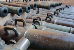 Alte Kanonen gezeigt in Moskau der Kreml Lizenzfreies Stockfoto