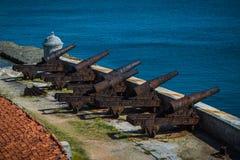 Alte Kanonen an Schloss EL Morro Rostige Waffe, das Schloss verteidigend stockfotografie