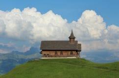 Alte Kapelle auf einem grünen Hügel Stockbild