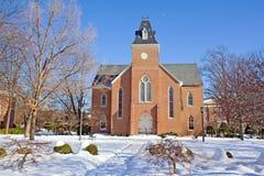 Alte Kapelle auf einem Hochschulcampus im Winter stockfotos