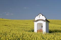 Alte Kapelle im Rapsfeld Lizenzfreie Stockfotografie