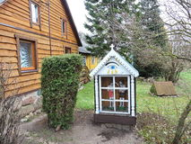 Alte Kapelle nahe Haus, Litauen lizenzfreies stockfoto