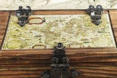 Alte Karte eingebettet in der Spitze einer Holzkiste Lizenzfreies Stockfoto