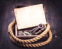 Alte Karte und Marinezubehör in der Holzkiste Lizenzfreies Stockbild