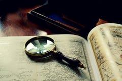 Alte Karten und ein Vergrößerungsglas Stockfotografie