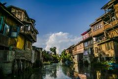 Alte Kaschmir Häuser u. Shikara in Srinagar Stockbild