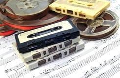 Alte Kassette und Bänder mit Musikanmerkungen Stockfotografie