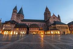 Alte kathedral Dom in Mainz-Stadt, Deutschland am Abend Lizenzfreie Stockbilder