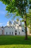 Alte Kathedrale St. Sophia in Veliky Novgorod, Russland bei Sommersonnenuntergang Lizenzfreie Stockbilder