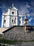 Alte katholische Kathedrale in der Stadt von Kamenets Podolsky, Ukraine Weißer Altbau in der gotischen Art, Skulpturen von Heilig Stockbilder