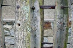 Alte Kennzeichen auf dem Holz Stockbilder
