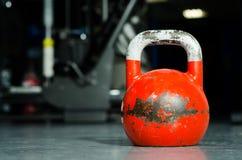 Alte Kesselglocke auf dem Turnhallenboden Kessel-Bell-Training Stockbild