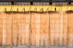 alte Kiefer polierte hölzerne Wand und Türoberfläche, Beschaffenheit und backgr Lizenzfreie Stockfotos
