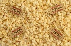 Alte Kino-Karten auf die Oberseite ein Stapel des Popcorns Lizenzfreies Stockfoto