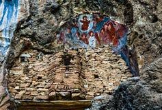 Alte Kirche auf dem Felsen stockfotografie
