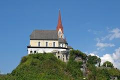 Alte Kirche auf einem Berg Stockfotos