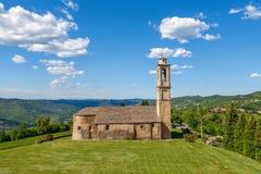 Alte Kirche auf grünem Rasen in Italien Lizenzfreie Stockfotos