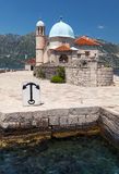 Alte Kirche auf kleiner Insel in der Bucht von Kotor Lizenzfreie Stockfotos