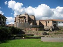 Alte Kirche in Cusco, Peru an einem hellen Sommertag stockbild