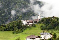 Alte Kirche in den Dolomit-Bergen Lizenzfreies Stockbild