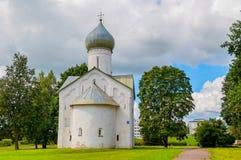 Alte Kirche der Kirche der zwölf Apostel auf dem Abgrund in Veliky Novgorod, Russland Stockfoto