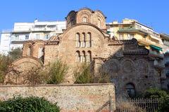 Alte Kirche in der modernen Stadt Stockbild