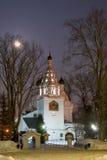 Alte Kirche in der Nacht des Winters. Lizenzfreie Stockbilder